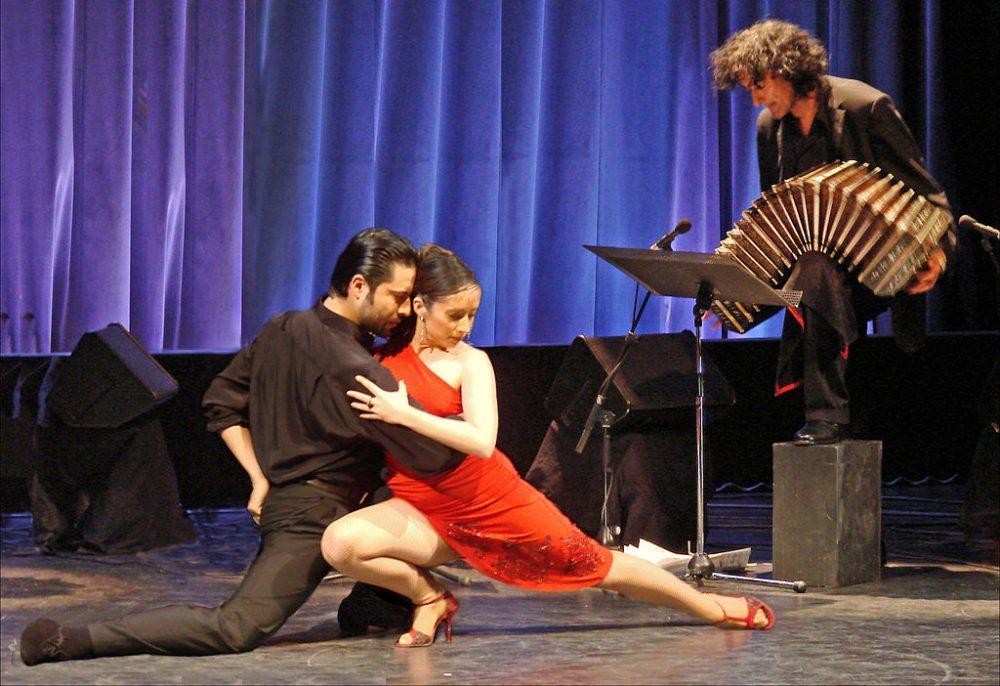 Tangotänzer Sylvia Gerbi und Diego Amado (Bild: Tango Aravi; Wikimedia, CC)