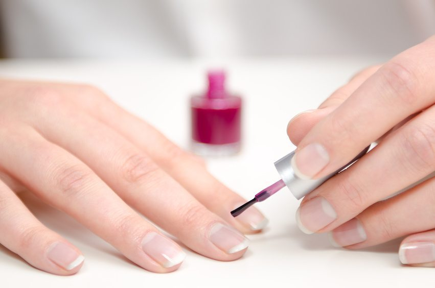 Ihre Nägel müssen optimal für den Nagellack vorbereitet werden (Bild: © frankdaniels - Fotolia.com)