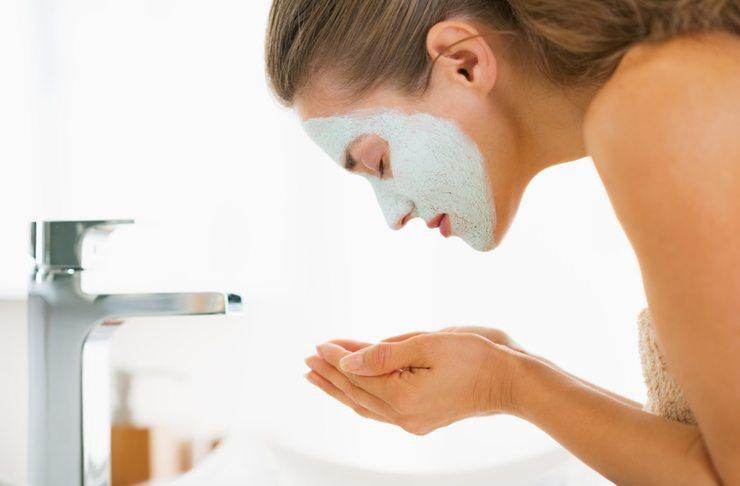 Die Maske mit lauwarmem Wasser abwaschen (Bild: © Alliance - Fotolia.com)