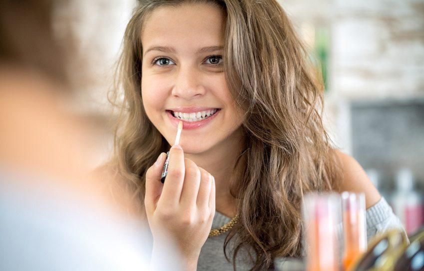 Der klassische Lip-Gloss hinterlässt eine natürliche, ästhetische Wirkung (Bild: © Igor Mojzes - Fotolia.com)