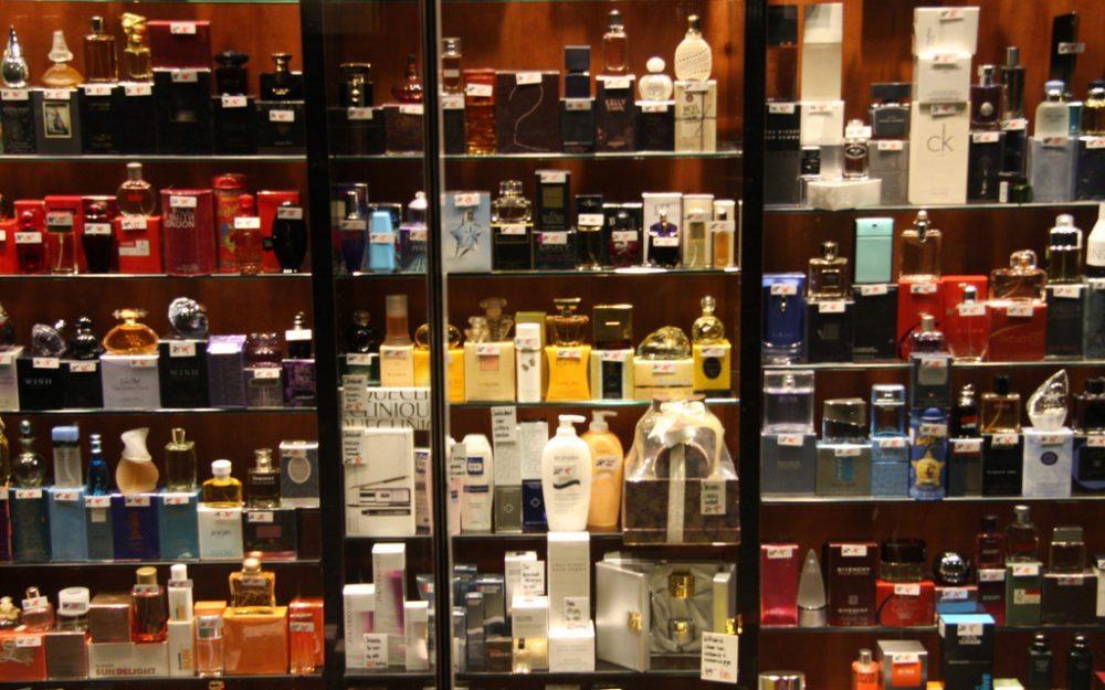 Bei dem Kauf eines neuen Duftes sollte man sich Zeit nehmen (Bild: ilonatermors, Wikimedia, CC)