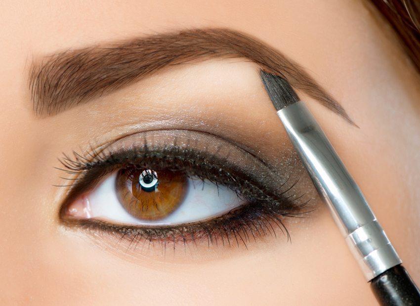 Dünne Augenbrauen müssen in Balance mit den Augen gebracht werden (Bild: Subbotina Anna / Shutterstock.com)