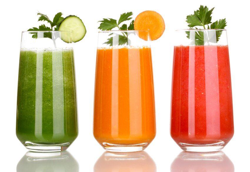 Frisch gepresste Säfte aus Obst und Gemüse sind ein wichtiger Teil der Detox-Programe (Bild: Africa Studio / Shutterstock.com)