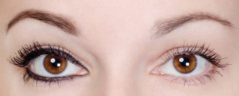Zuerst muss das Augen-Make-up entfernt werden (Bild: gorbelabda / Shutterstock.com)