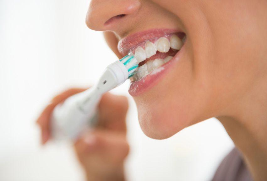 Mit Hilfe einer elektrischen Zahnbürste werden mehr Zahnbelag, Bakterien und Plaque entfernt. (Bild: Alliance / Shutterstock.com)