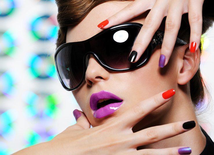 Bunte Fingernägel - auch ein wilder Mix verschiedener Farben ist erlaubt (Bild: Valua Vitaly / Shutterstock.com)