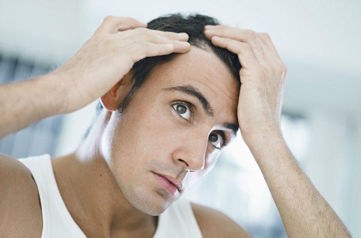 Viele Männer ärgern sich über Schuppen oder zu trockenes, störrisches Haar (Bild: Diego Cervo / Shutterstock.com)