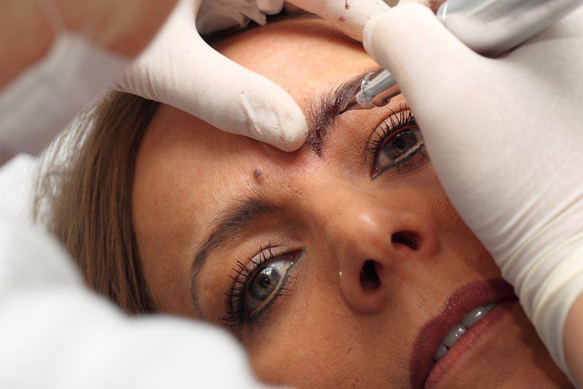 Lippen, Augenbrauen und Augenlider sind bevorzugte Einsatzgebiete für dauerhaftes Schminken (Bild: © photostefan - Fotolia.com)
