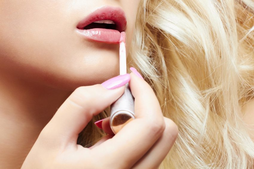Lip-Gloss darf im Sommer nicht fehlen (Bild: © eugenepartyzan - Fotolia.com)