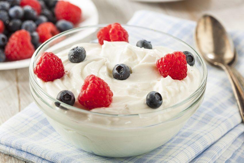 Griechischer Joghurt mit frischen Früchten (Bild: © Brent Hofacker - Fotolia.com)