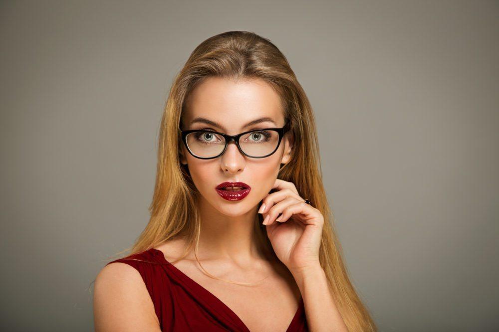 Ob mit oder ohne Augen-Make-up – für alle Frauen, die eine Brille tragen, gilt: Die Augenbrauen sollten stets tipptopp gepflegt aussehen. (Bild: Maryia Bahutskaya - Fotolia.com)