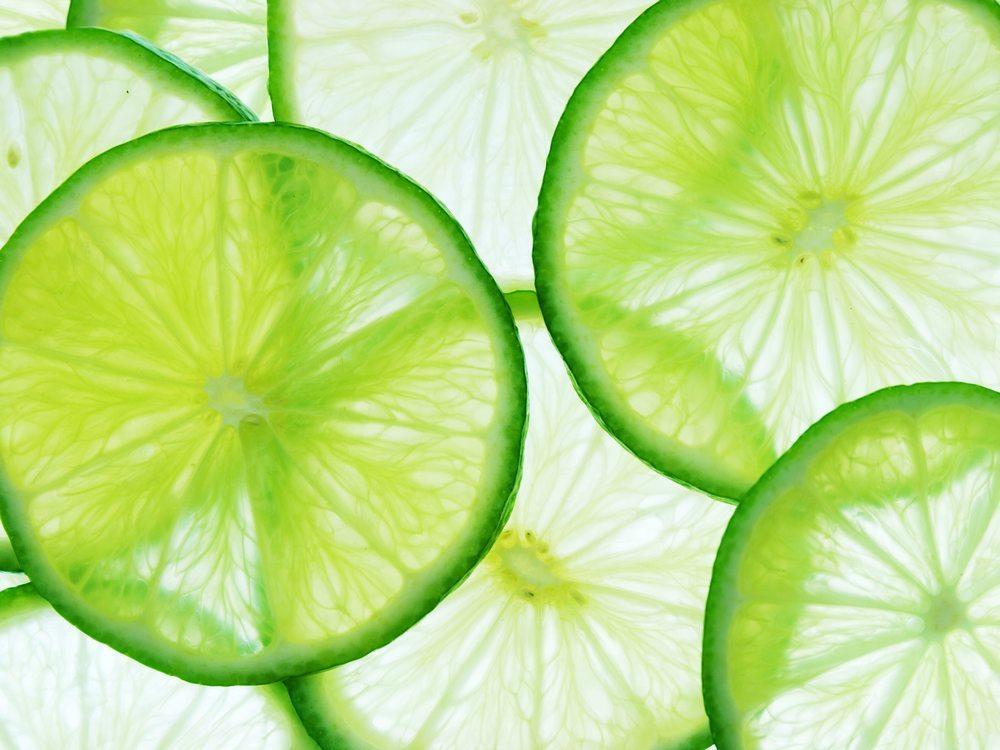 In der Arztpraxis bzw. im Schönheitsinstitut wird nun die Konzentration der Fruchtsäure in zwei- bis vierwöchigem Abstand zunehmend gesteigert. (Bild: Alex Staroseltsev / Shutterstock.com)