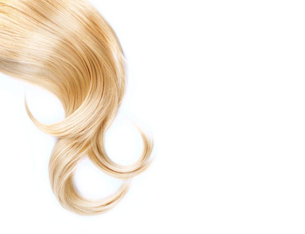 Das Haar wird durch eine Blondierung strapaziert, deshalb sollte nach dem Blondieren so schonend wie möglich mit dem Haar umgegangen werden. (Bild: Subbotina Anna / Shutterstock.com)
