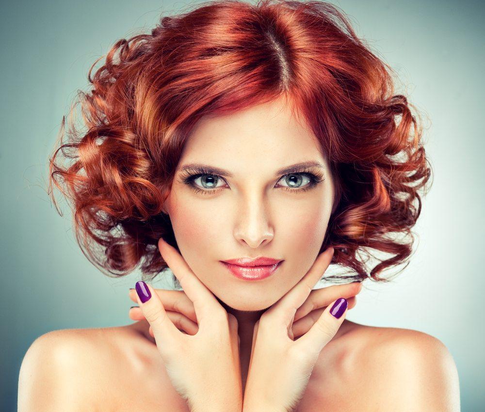Naturlocken sind oftmals widerspenstig. Die Haarstruktur erfordert besondere Pflegeprodukte, um das Haar geschmeidiger zu machen und vor Trockenheit zu schützen. (Bild: Subbotina Anna - Shutterstock.com)