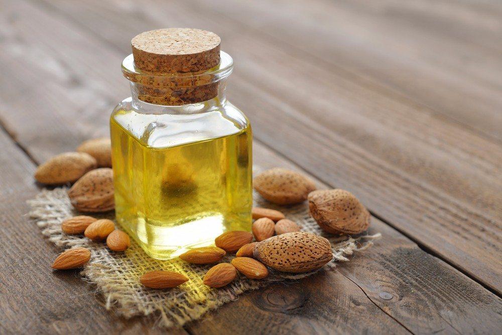 Trockene Haut pflegen Sie mit einem Mandelkernöl, das darüber hinaus gegen eine vorzeitige Hautalterung und Akne wirkt. (Bild: © mama_mia - shutterstock.com)