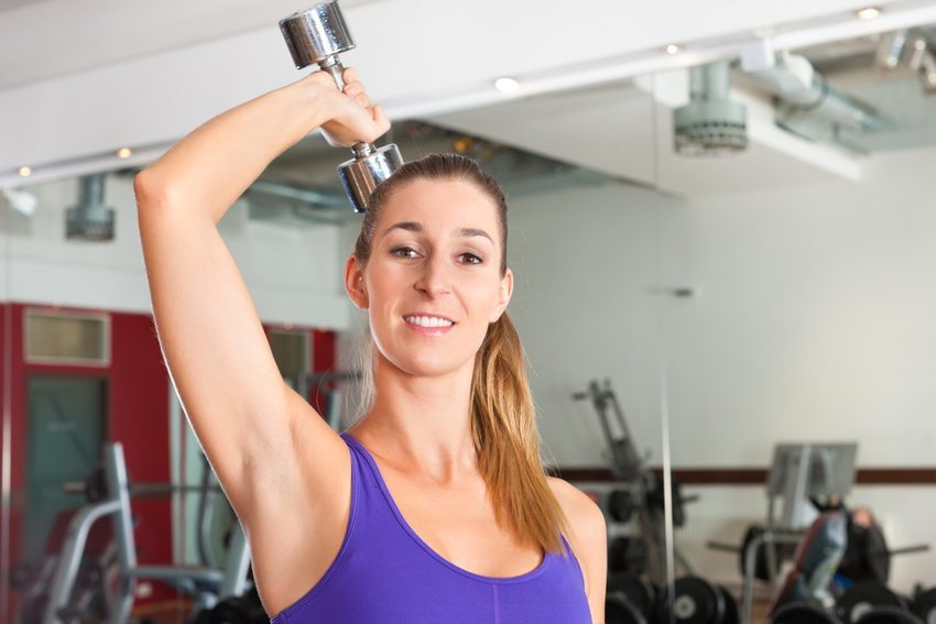 Ein diszipliniertes Sportprogramm bringt die Schultern und Arme recht schnell in Form. (Bild: Kzenon / Shutterstock.com )