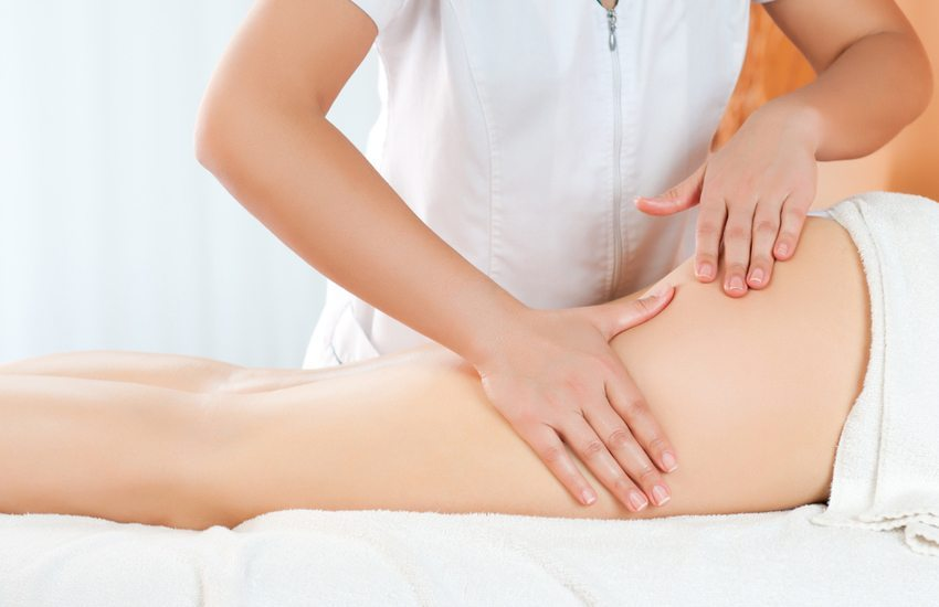 Massage – effektiv gegen Dehnungsstreifen. (Bild: Rido / Shutterstock.com)