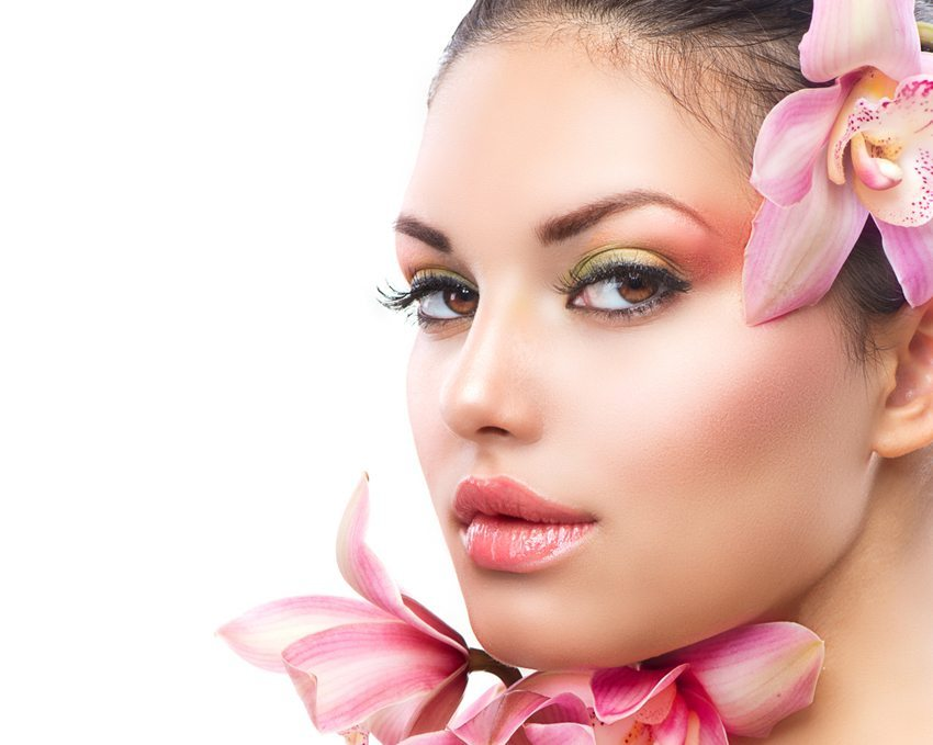 Rosé-Töne für warme, braune Augen (Bild: Subbotina Anna / Shutterstock.com)