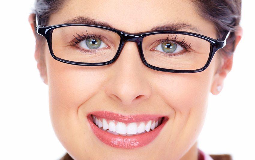 Rundes Gesicht – eckiges Brillengestell (Bild: kurhan / Shutterstock.com)
