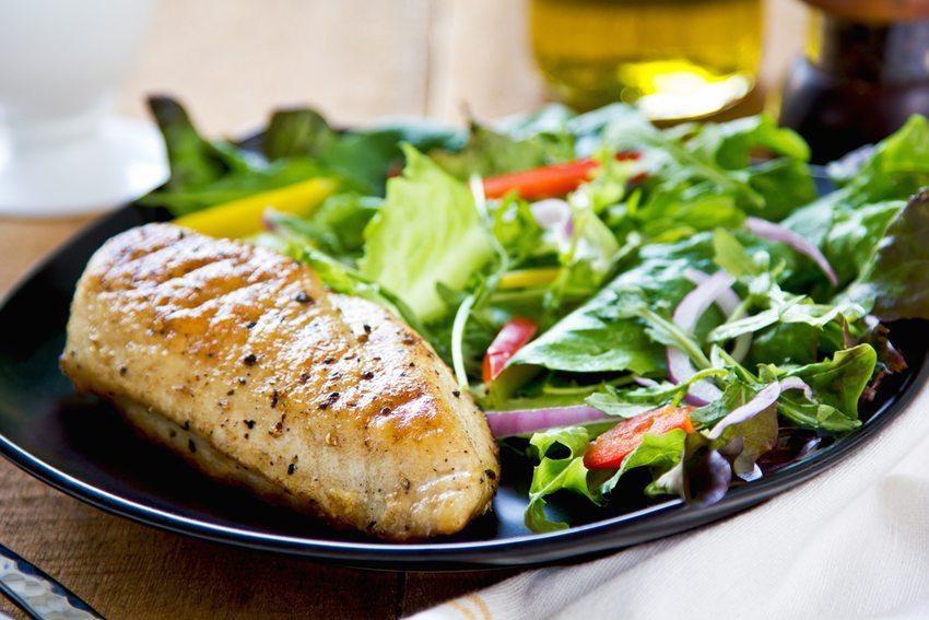 Mageres Fleisch oder Fisch und frisches Gemüse enthalten wertvolles Eiweiss. (Bild: vanillaechoes /Shutterstock.com)