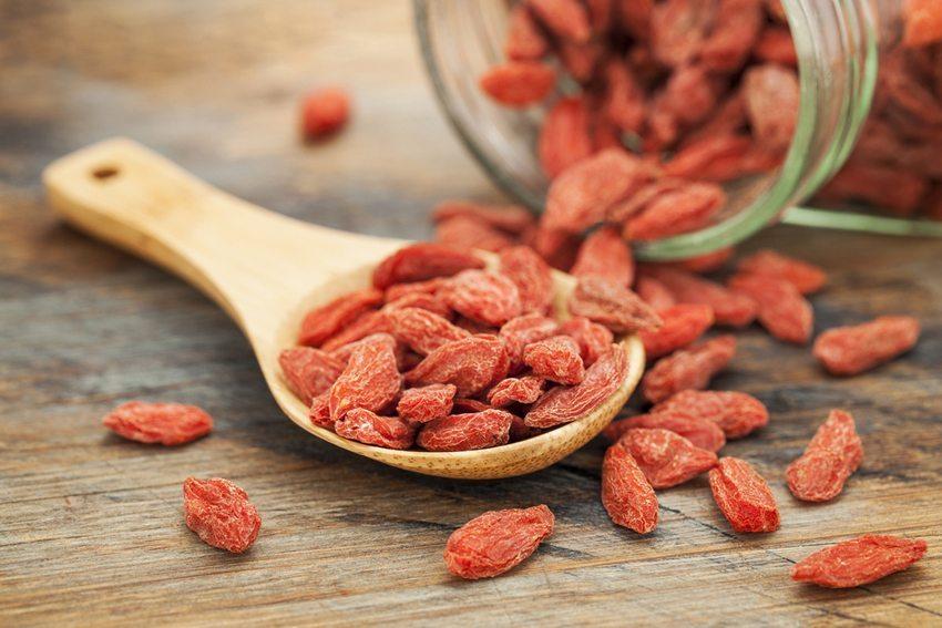Sie können die Goji-Beeren wie jede andere Trockenfrucht nutzen. (Bild: marekuliasz / Shutterstock.com)
