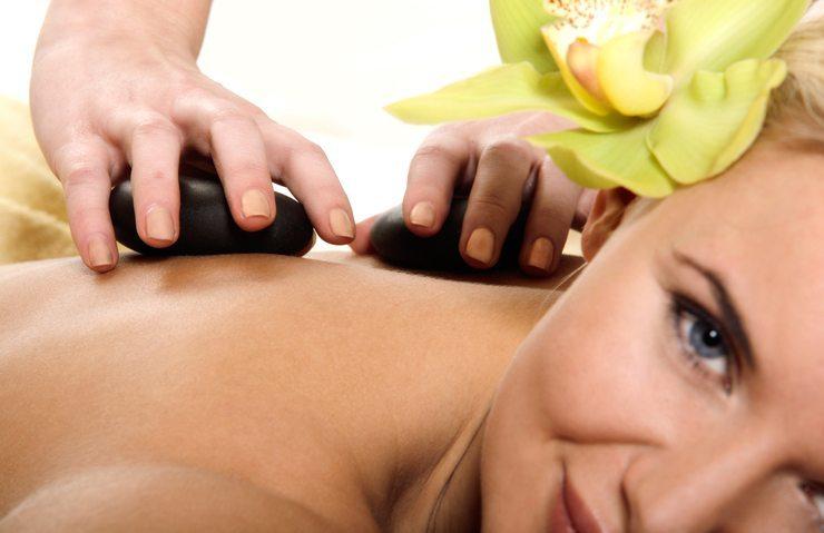 Wohltuende Massage mit Hot Stones (Bild: Slawomir Fajer / Sutterstock.com)
