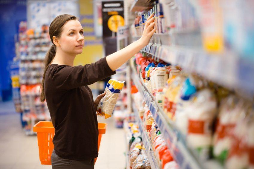 Wer hungrig und ohne Einkaufszettel einkauft, bringt meist ungesunde Sachen mit nach Hause.  (Bild: Vladyslav Starozhylov / Shutterstock.com)