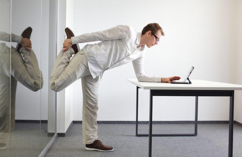 Beinübungen während der Arbeit (Bild: Marcin Balcerzak / Shutterstock.com)