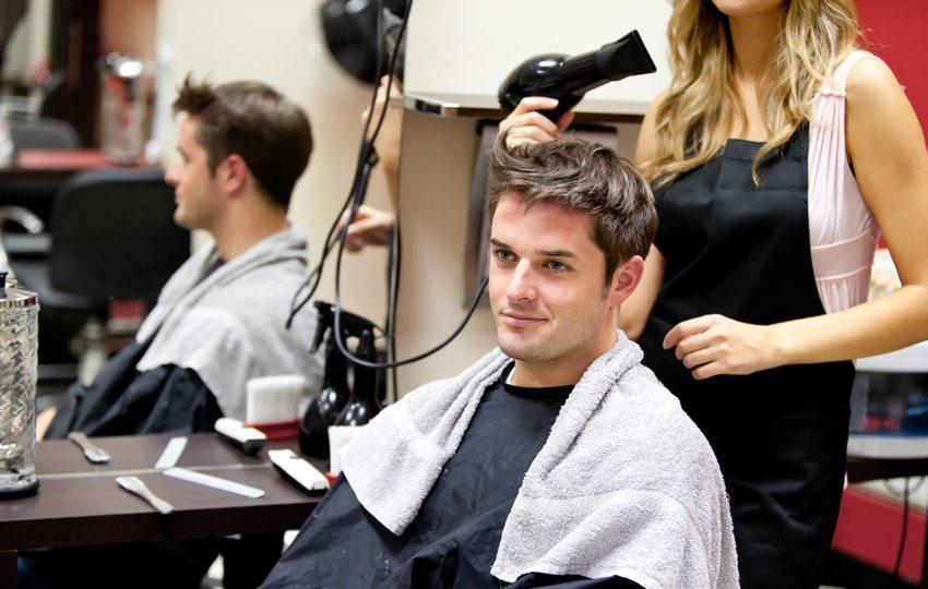 Gute Kommunikation im Friseursalon verringert das Risiko, mit dem Haarschnitt unzufrieden zu sein. (Bild: wavebreakmedia / Shutterstock.com)