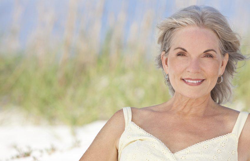 Graue Haare - Nicht alt, sondern authentisch! (Bild: Darren Baker / Shutterstock.com)