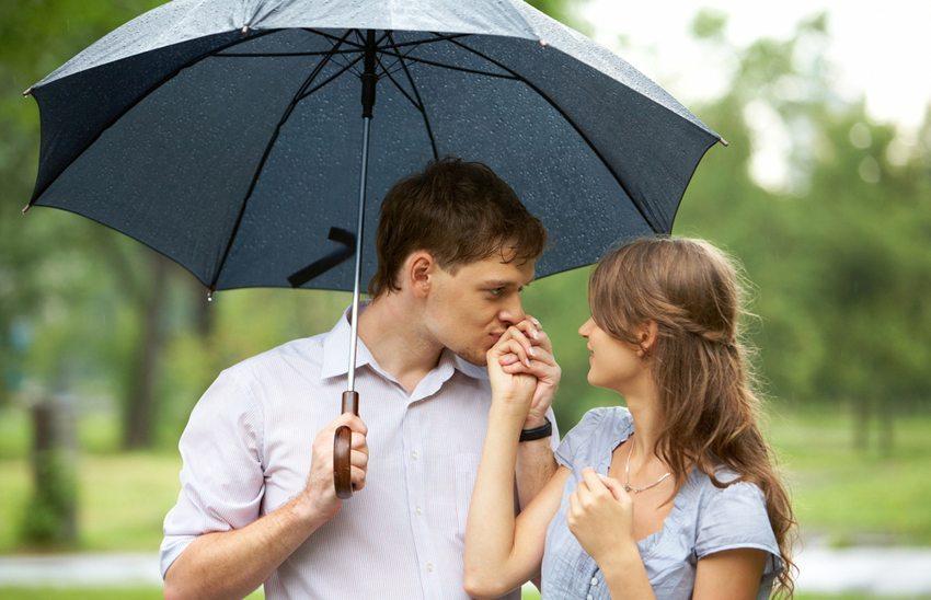 Handkuss wirkt auch heute noch bei den meisten Ladys überraschend gut. (Bild: Pressmaster / Shutterstock.com)