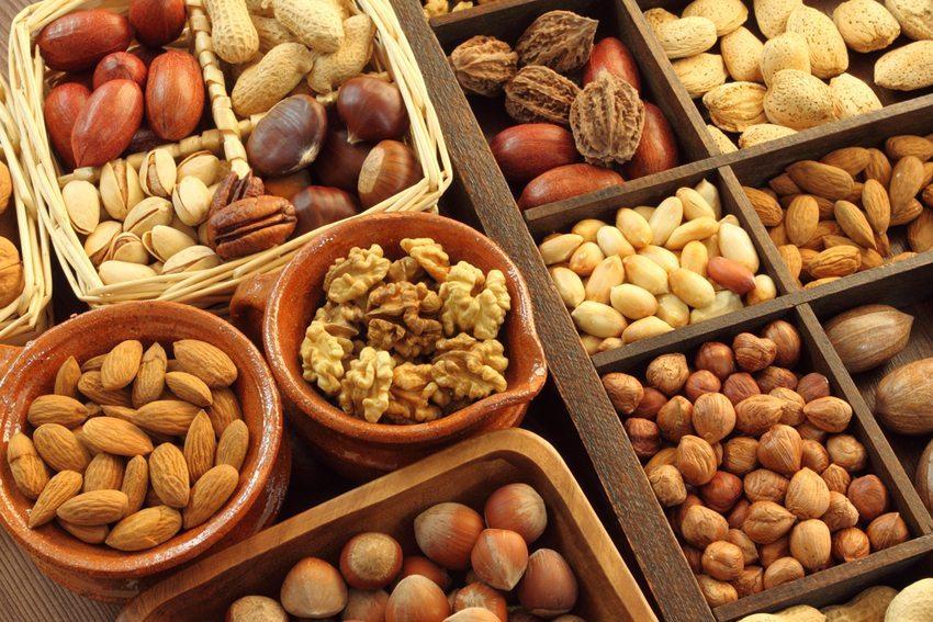 Verschiedene Nüsse liefern wichtige Fettsäuren (Bild: Krzysztof Slusarczyk / Shutterstock.com)