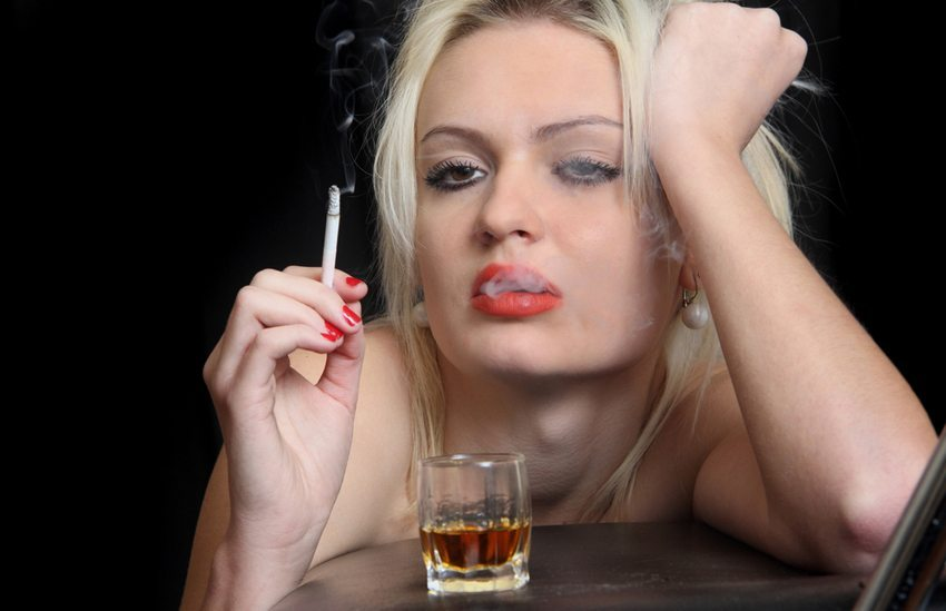 Alkohol und Tabak sind Schönheitskiller Nummer eins. (Bild: Novoselov / Shutterstock.com)