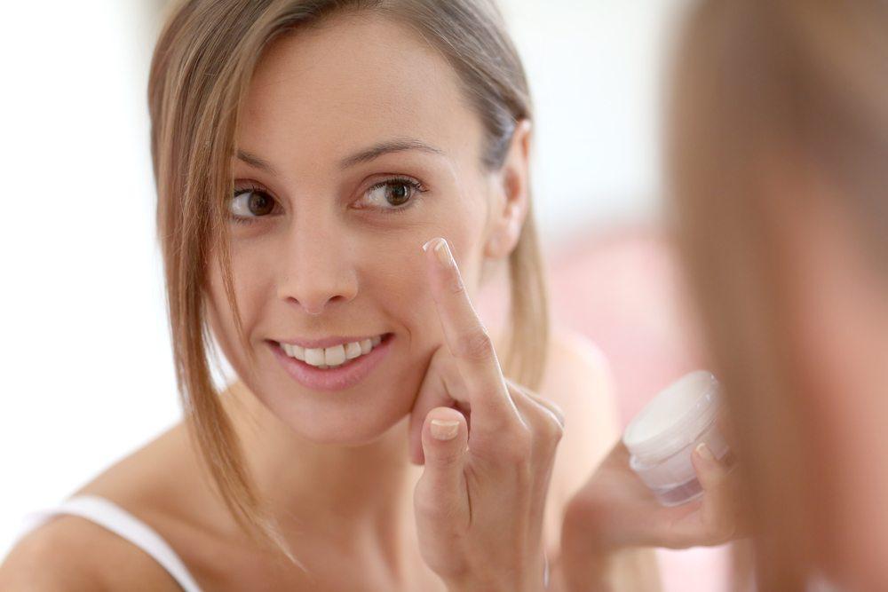 Serum, danach Anti-Aging-Creme und schliesslich noch Foundation. (Bild: Goodluz / Shutterstock.com)