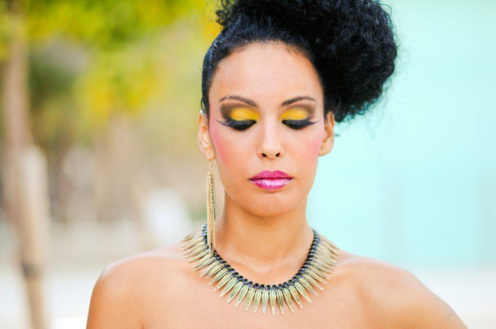 Wer möchte, kann das Augen-Make-up auch mit falschen Wimpern etwa in Blau aufpeppen. (Bild: javi_indy / Shutterstock.com)