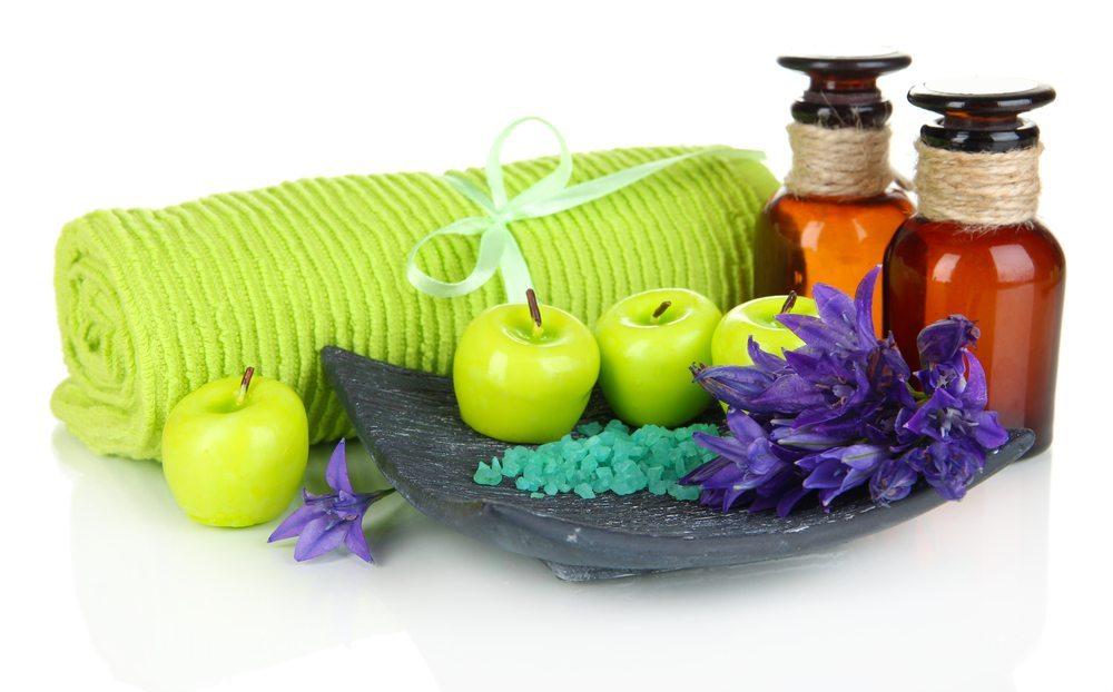Badezusatz im Badewasser soll der Apfelessig entschlackende Ergebnisse erzielen. (Bild: Africa Studio / Shutterstock.com)