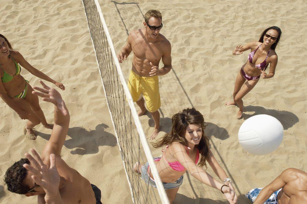 Wenn Sie ein Mannschaftssportler sind, dann sind Beach-Handball und Beach-Volleyball genau das Richtige für Sie. (Bild: bikeriderlondon / Shutterstock.com)