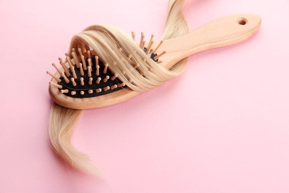 Können Bürste oder Kamm die Haare verletzen? (Bild: Africa Studio / Shutterstock.com)