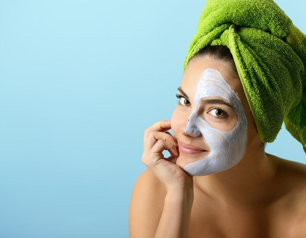 Darüber hinaus ist auch ein Peeling, das Sie mindestens einmal pro Woche anwenden sollten, eine wertvolle Massnahme. (Bild: vita khorzhevska / Shutterstock.com)