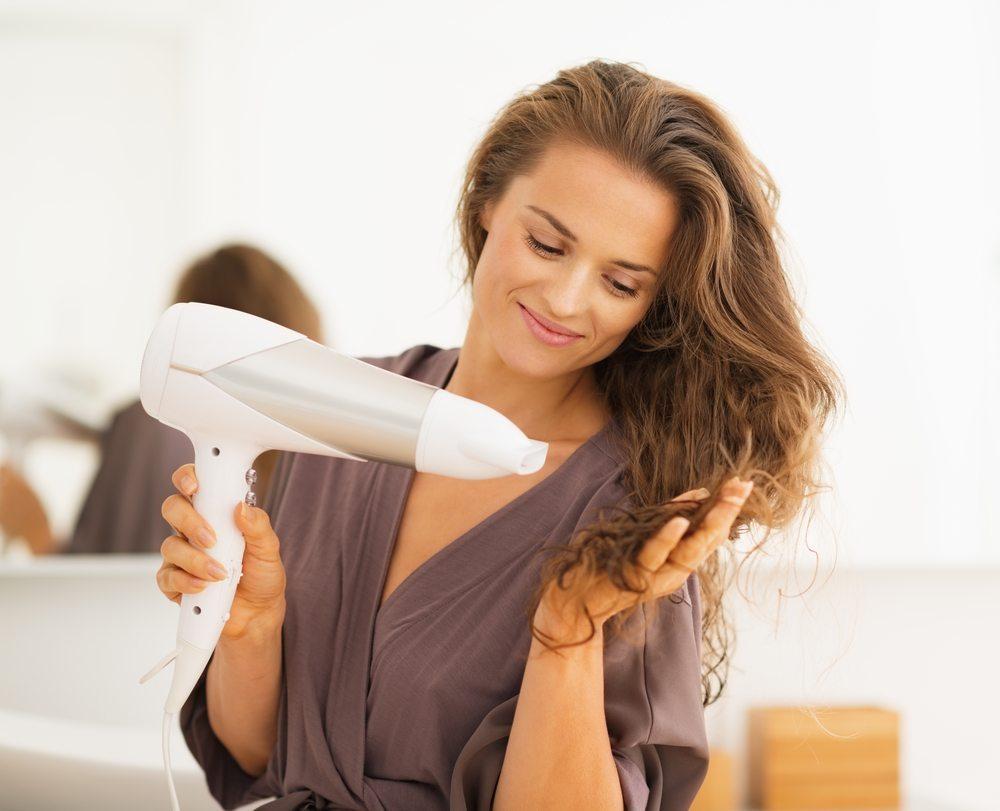 Trocknen der Haare – sanft und vorsichtig. (Bild: Alliance / Shutterstock.com)