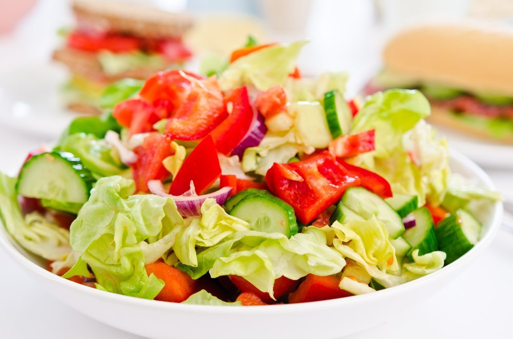 Neben den gesundheitlichen Aspekten, die bei einer fettreduzierten Ernährung eine Rolle spielen, müssen auch diverse Kriterien zur Gewichtsreduktion berücksichtigt werden. (Bild: llaszlo / Shutterstock.com)