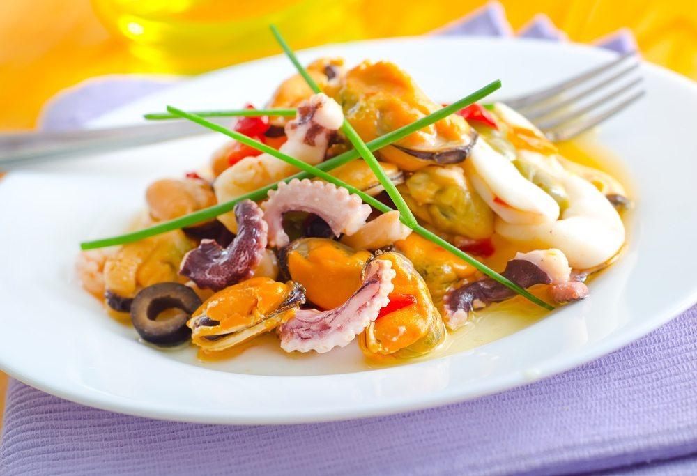 Meeresfrüchte enthalten bedeutend weniger Kalorien als Fleisch, jedoch beinahe ebenso viele Proteine. (Bild: Gayvoronskaya_Yana / Shutterstock.com)