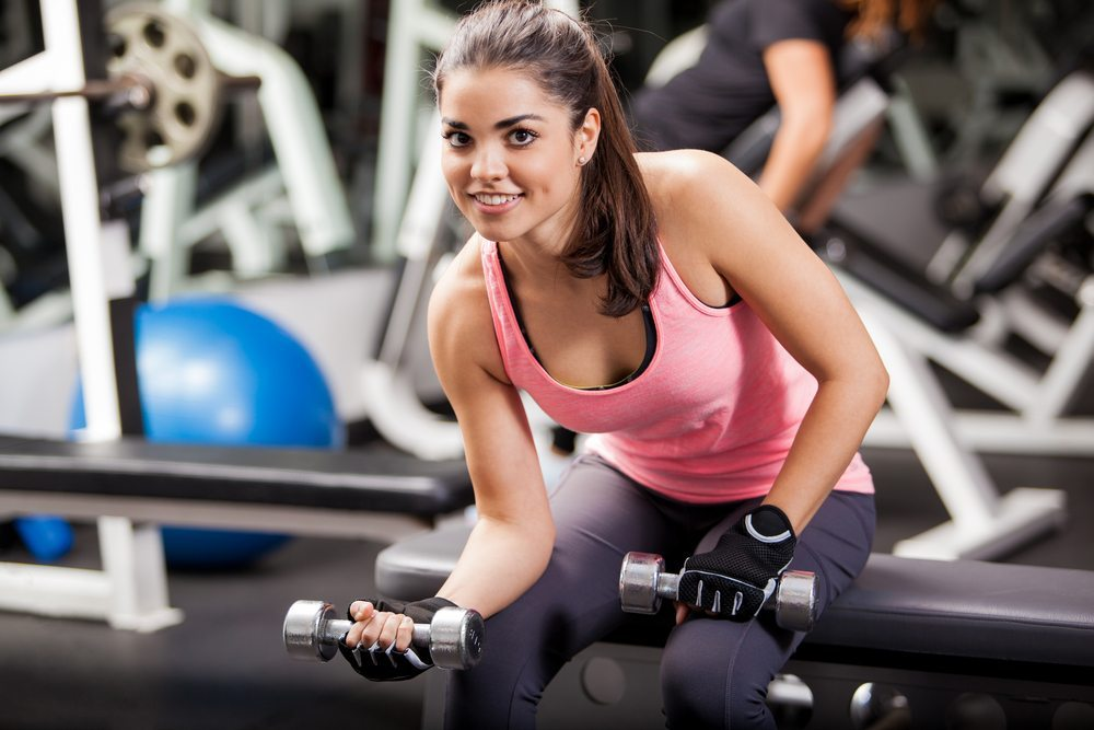 Stylishes Outfit im Fitnessstudio. (Bild: AntonioDiaz / Shutterstock.com)