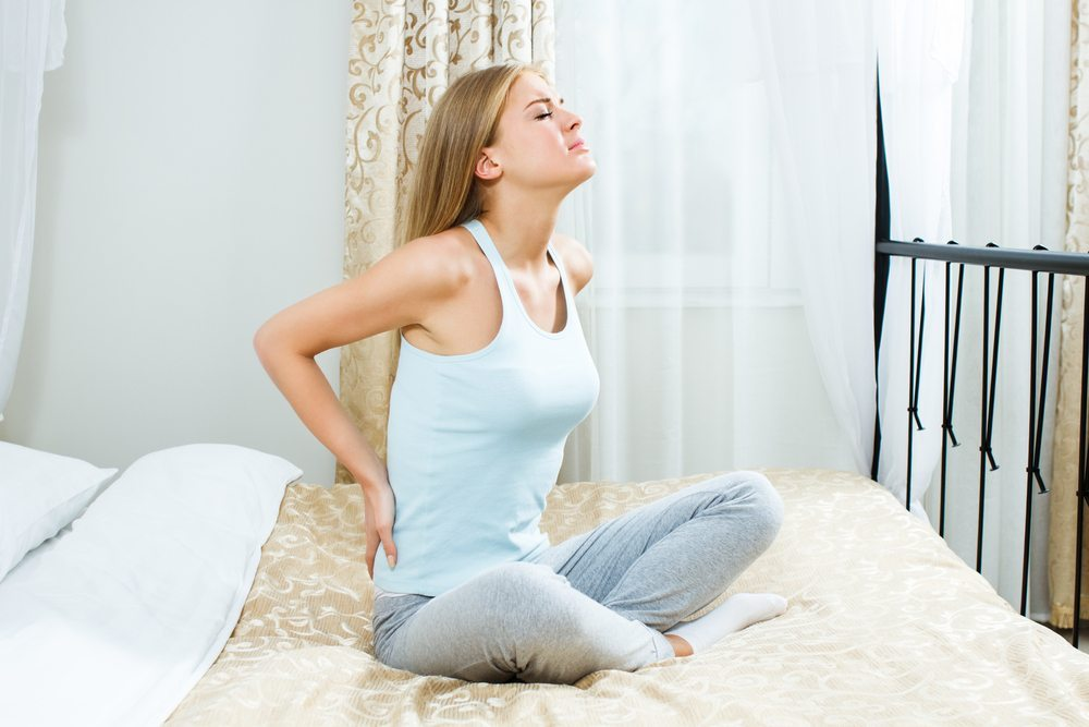 Auch zu Hause ist es möglich, Rückenschmerzen entgegenzuwirken. (Bild: InesBazdar / Shutterstock.com)