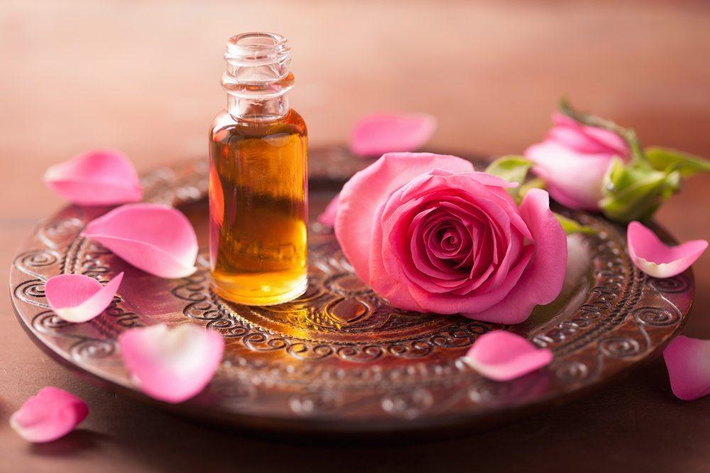 Ausreichend verdünnt verströmt Rosenöl einen geradezu bezaubernden Duft. (Bild: Olga Miltsova / Shutterstock.com)