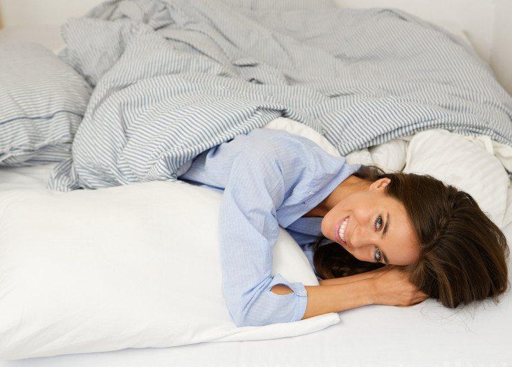Gesundes Schlafen im Bett - gut für die Schönheit. (Bild: © mimagephotos - Fotolia.com)
