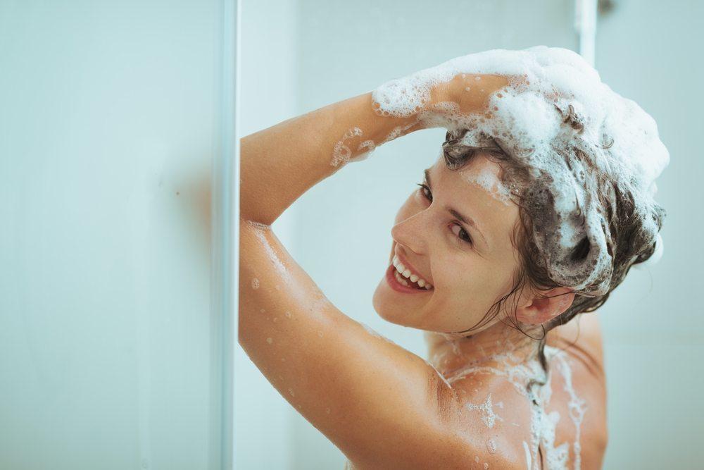 Häufig reagiert insbesondere sehr sensibles Haar beim Ausprobieren eines neuen Shampoos überempfindlich. (Bild: Alliance / Shutterstock.com)