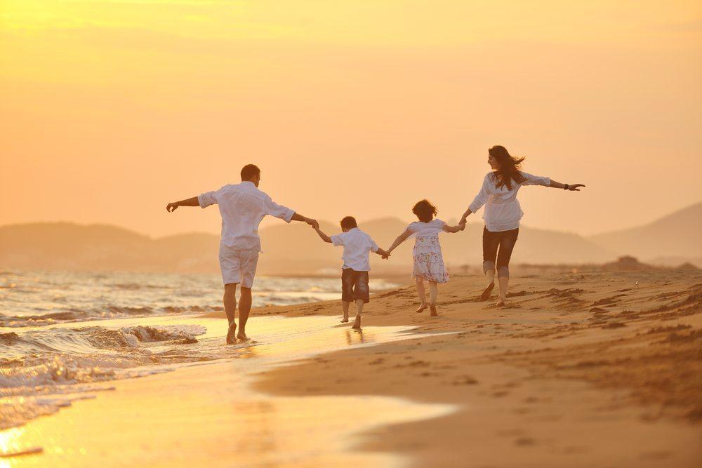 Strandlook für den Abend. (Bild: Strand-Look- / Shutterstock.com)