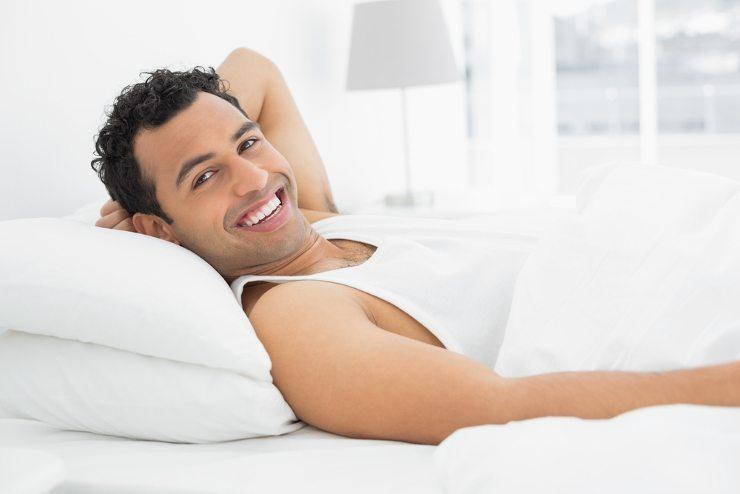Herrlich entspannen im Bett - was gibt's Schöneres ... (Bild © lightwavemedia - shutterstock.com)