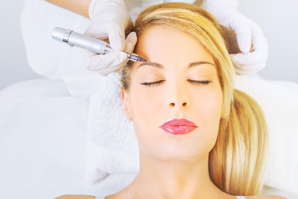 Permanent Make-up. Wie der Name des Make-ups vermuten lässt, ist es permanent. (Bild: carol.anne / Shutterstock.com)
